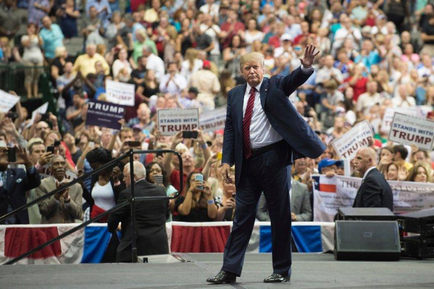 trump-in-crowd