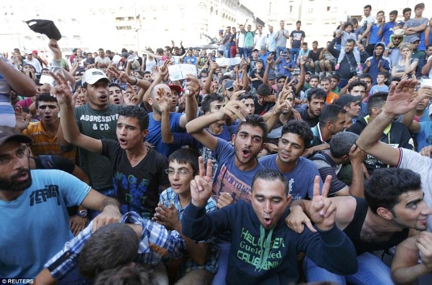 migrants-waiting