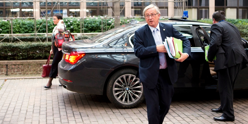 juncker-with-papers